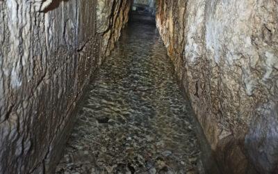 El Ayuntamiento procede a la limpieza y revisión del interior de la Fuente de los Trece Caños